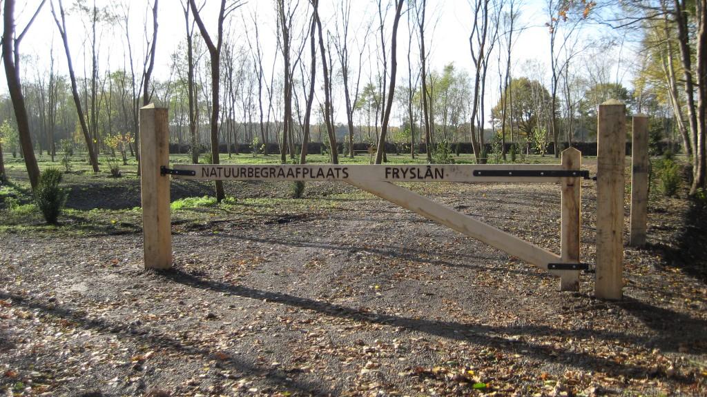 ingang natuurbegraafplaats friesland